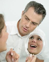 ALT: Mitglieder des ZF Gäuboden e.V. - Zahnarzt mit Patientin im Gespräch